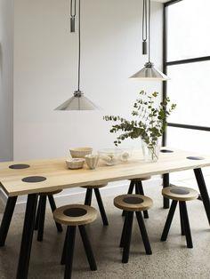 coin repas avec meubles en bois et suspensions