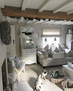 find this pin and more on home design french country Cottage Living Rooms, Cottage Interiors, My Living Room, Living Room Decor, Snug Room, Deco Champetre, Country Interior, Shabby Chic Decor, Ideal Home