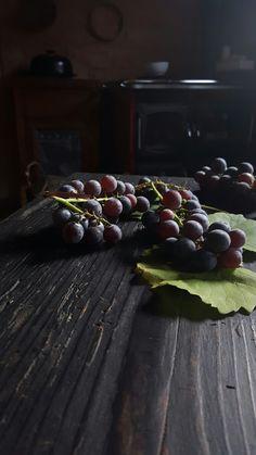 Preparazione torta con uva fragola