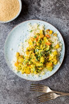 Vegetable Curry with Turmeric Coconut Sauce by laurencariscooks: This vegetable curry is packed with earthy flavour from the rich, turmeric coconut sauce and all the wonderful vegetables included. It's a super easy, quick vegan meal to throw together! #Curry #Veggie #Turmeric #Coconut