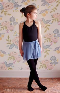 If you ever dreamed to sew dance wear like me and didn't know where to start, this Easy Ballet Wrap Skirt Tutorial is for you! Sewing Clothes, Diy Clothes, Dance Outfits, Kids Outfits, Wrap Skirt Tutorial, Ballet Wrap Skirt, Ballet Costumes, Dance Costumes, Bias Tape