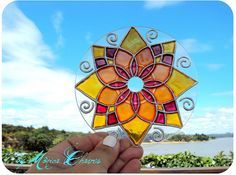 hacer un Mandala con un Cd Paso a Paso How to make a Mandala with CdHow to make a Mandala with Cd Recycled Cds, Recycled Crafts, Stained Glass Paint, Stained Glass Patterns, Cd Crafts, Arts And Crafts, Mandala Art, Suncatchers, Cd Diy
