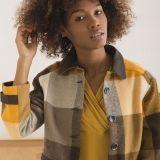 Chaqueta-abrigo en paño de lana merina 100% tejido artesanalmente para Snobiliaire. Es de cuadros grandes en colores muy otoñales y que favorecen muchísimo y lleva contrastes marrón chocolate en algodón resinado con aspecto de piel.