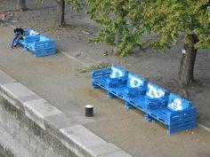Gezien in Boedapest, aan de Donau staan mooie bankjes gemaakt van pallets die uitnodigen tot romantiek.