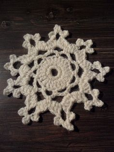 omⒶ KOPPA: virkattu LUMIHIUTALE - ohje Crochet Motif, Free Crochet, Knit Crochet, Crochet Patterns, Crochet Snowflakes, Poinsettia, Crochet Earrings, Xmas, Christmas Stuff