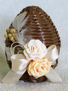 IDEAS - Easter eggs from newspaper tubules. Newspaper Basket, Newspaper Crafts, Paper Weaving, Weaving Art, Egg Crafts, Diy And Crafts, Origami 3d, Basket Crafts, Diy Ostern