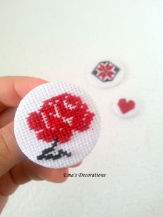MĂRȚIȘOR TRADIȚIONAL PE UN NASTURE Dorset Buttons, Master Class, Cross Stitch Embroidery, Bookmarks, Projects To Try, Diy Crafts, Traditional, Beads, Sewing