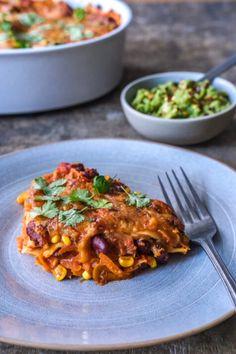 En skøn lasagne opskrift inspireret fra det mexicanske køkken. Lasagnen er fyldt med masser af krydderier og serveres med en guacamole. Mexican Food Recipes, Vegetarian Recipes, Ethnic Recipes, Bolognese, Tortilla Chips, Meatless Monday, Guacamole, Risotto, A Food