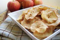 Chips de pommes maison Trancher 4 pommes avec une mandoline, mélanger avec le jus d'un demi citron, saupoudrer de sucre et de cannelle si désiré. Étendre sur une plaque et cuire au four pendant 1 heure à 120°C.