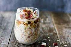 Apple Cinnamon Overnight Oats Easy quick healthy and delicious! These Apple Cinnamon Overnight Oats are a great way to start the day! Fall Breakfast, Breakfast On The Go, Perfect Breakfast, Breakfast Club, Easy Overnight Oatmeal Recipe, Overnight Oats, Brunch Recipes, Breakfast Recipes, Breakfast Ideas