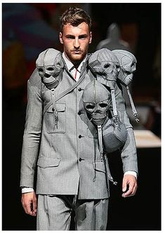Crazy Fashion - Fashion illustrator, sculptor and designer Aitor Throup has finally launched his first and long awaited menswear product line - The skulls are apparently detachable bags. Moda Fashion, Fashion Art, High Fashion, Fashion Design, Skull Fashion, Fashion Vintage, Fashion News, Vintage Outfits, Fashion Trends