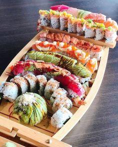 Spicy tuna, California, and Deep fried sushi rolls 😋😋 Sushi Recipes, Asian Recipes, Healthy Recipes, Sushi Comida, Sushi Boat, Japanese Food Sushi, Sushi Platter, Sushi Party, Food Platters