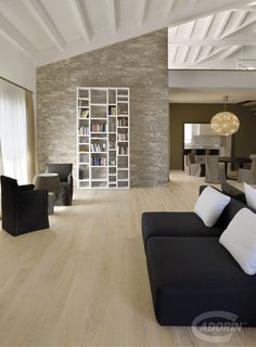European Select Oak - brushed - rock varnished. Parquet select europeo, spazzolato, verniciato pietra.