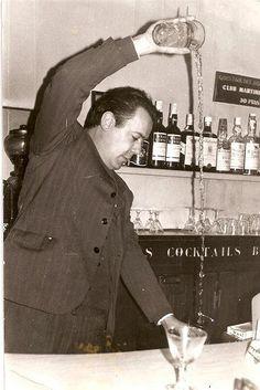 Caribbean Club Cocktail Bar... La puerta de madera sin ventanas de esta ronería y coctelería le da un aire de club privado y clandestino, cuando en realidad este local situado en una estrecha callejuela del Raval, es toda una institución en el mundo de los cócteles. Sus combinados son de primerísima categoría y están servidos por barmans ataviados con esmoquin y pajarita. Un club de lujo para una experiencia de película.