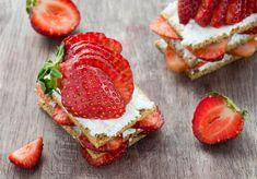 Knäckebroty s ricottou a jahodami Breakfast Toast, Ricotta, Muffin, Strawberry, Fruit, Desserts, Food, Breakfast Ideas, Gastronomia