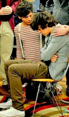 Episode of iCarly. Harry just pretended to be sick, but Louis still looked worried. Fanfic Harry Styles, Harry Styles Baby, Harry Styles Pictures, Harry Edward Styles, One Direction Memes, One Direction Pictures, I Love One Direction, Larry Stylinson, Desenhos One Direction