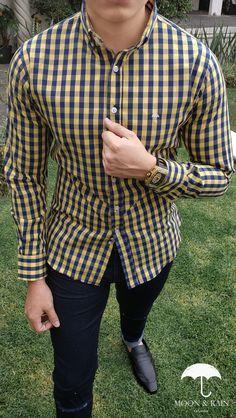 e733f1724a Outfit para hombre  camisa slim fit amarilla cuadros azules de manga larga