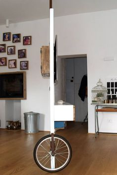Ci è stato chiesto di inventare una soluzione che potesse dividere la cucina dal salotto solo quando necessario senza togliere la possibilità di vedere la tv sia dalla cucina che comodamente seduti sul divano.Mdf laccato bianco, legno di recupero, ferro e una ruota di una bicicletta per spostamenti silenziosi #arredo #furniture #cucina #salone #tv #PareteDivisoria #ruota #bicicletta #LegnoDiRecupero #soluzioni #artigianale #MadeInItaly #handmade…