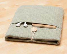 This cute padded ipad sleeve it´s designed to protect your ipad from dust and scratches. It´s made of cotton fabric and padded with 5mm foam to ensure