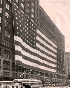 The Hudson's flag was a landmark almost as beloved as the store itself.  PHOTO FROM THE DETROIT FREE PRESS ARCHIVES.