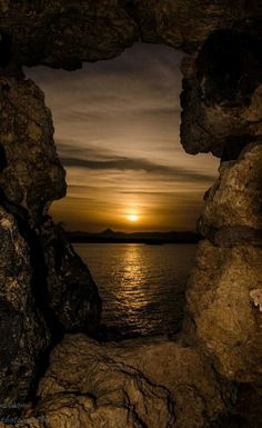 Sunset Through The Stone - Greece ~ Photo by Nikos Somarakis Beautiful Sunset, Beautiful World, Beautiful Places, Beautiful Pictures, Landscape Photography, Nature Photography, Greece Photography, Dslr Photography, Nature Pictures