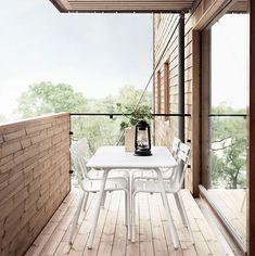 Balcon en bois avec salon de jardin blanc