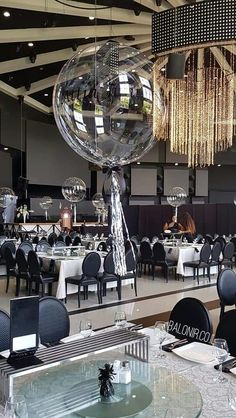 Crystal and light up Centrepiece Black And Gold Centerpieces, Balloon Table Centerpieces, Black And Gold Balloons, Purple Balloons, Wedding Balloon Decorations, Transparent Balloons, Clear Balloons, Baloons Wedding, Football Balloons