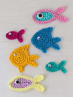 Three little fish crochet appliqués - free patterns in English and German by Carmen Rosemann.