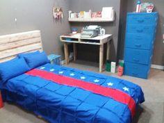 Quarto cama de palletes, mesa e porta livros de palletes. BY Isa Perinotto