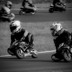 Gdy kupujemy motocykl patrzymy na bardzo wiele czynników. Marka, moc, czy nawet kolor to jedne z wielu decyzji przed którymi stoi osoba kupująca motocykl. Gdy już znajdziemy odpowiednią maszynę przychodzi czas na jazdę próbną. Siadamy, a tu nagle okazuje się, że siedzenie motocykla jest za wysoko dla nas. Co zatem zrobić gdy to jest właśnie TEN motocykl? Pozostaje nam poszukać sposobów na obniżenie wysokości naszych dwóch kółek. Joker, Tips, Fictional Characters, The Joker, Fantasy Characters, Jokers, Comedians, Counseling