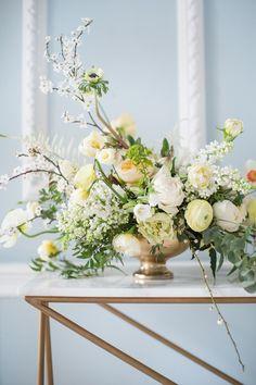 elegant white and yellow wedding floral arrangement Light Yellow Weddings, Yellow Wedding Flowers, Floral Wedding, Elegant Wedding, Tuscan Wedding, Big Flowers, Trendy Wedding, Colorful Flowers, Spring Wedding Centerpieces