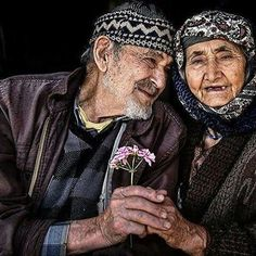 Romantic older couple photo Elderly Couples, Old Couples, Couples In Love, Beaux Couples, Cute Muslim Couples, Growing Old Together, Old Faces, Old Love, Young At Heart