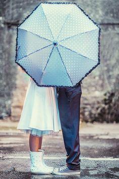 noni-mode | Brautpaar im Regen mit Gummistiefeln und Regenschirm, grauem Petticoat und Tellerrock