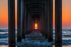 John H. Moore - Scripps Pier Sunset Alignment  Duas vezes ao ano, o pôr do sol fica perfeitamente alinhado com este píer