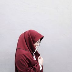 Hinaan atau pujian sama sekali tidak merubah pandangan allah terhadapmu kecuali dirimu sendiri . . . Btw jazakillahukhoiro glasseschainnya bikin aku ga bosen dan super cute @ellzstuff Swipe for detail➡️ Hijabi Girl, Girl Hijab, Ootd Hijab, Hijab Outfit, Muslim Girls, Muslim Women, Hijab Dpz, Hijab Cartoon, Modern Hijab Fashion