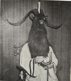 Baphomet is a goat-resembling idol which has connections to the Knights Templar, the Freemasons, and the Church of Satan. Vintage Bizarre, Creepy Vintage, Vintage Halloween, Weird Old Photos, Creepy Pictures, Scary Photos, Images Terrifiantes, Dark Images, Costume Tribal