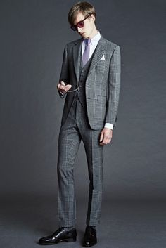 Tom Ford Spring 2016 Menswear collection, runway looks, beauty, models, and reviews. Tom Ford スーツ, Tom Ford Suit, Mens Fashion Week, Suit Fashion, Costume Tom Ford, Gilet Costume, Smoking, Three Piece Suit, Moda Masculina