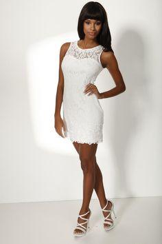 Im diesem Sixties-Retro-Kleid aus weißer Spitze von Heine wirken glückliche Bräute besonders sexy.