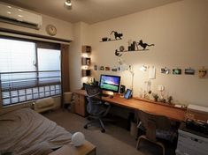 Japanese apartment with one long desk along wall for work, study, and play Small Room Decor, Small Room Design, Small Rooms, Small Apartments, Small Spaces, Home Office Design, House Design, Long Desk, Ideas Dormitorios