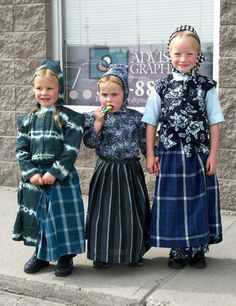 Hutterite girls in Alberta, Canada Hutterites are an ethno-religious group that is a communal branch of Anabaptists who, like the Amish and Mennonites, trace their roots to the Radical Reformation of the century. Precious Children, Beautiful Children, Beautiful People, We Are The World, People Around The World, Luge, Folk Costume, Little People, Traditional Dresses