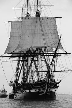 """USS Constitution """"Old Ironsides"""", frégate en bois à trois-mâts de l'United… Moby Dick, Old Sailing Ships, Uss Constitution, Remo, Wooden Ship, Military Photos, Armada, Navy Ships, Submarines"""