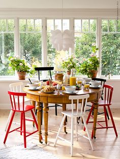 Mix & match brightly colored chairs with natural wood table. Ikea Dining, Dining Furniture, Dining Area, Dining Rooms, Ikea Kitchen, Kitchen Dining, Ikea Ps 2012, Ikea Chair, Dining Room Inspiration