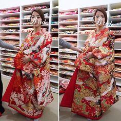 【kira_wedding0702】さんのInstagramをピンしています。 《【 #和装前撮り #色打掛試着 】 . ドレスもだけど ガーリーなものより かっこいいものが好きで 着物も鶴松桜🌸とか古典柄に目がいっちゃう🙈💕 . でも、中に着る掛下や小物は色物使いたくって その場合色打掛が古典柄だとあまり遊べないみたい😱💔 . 足し算引き算むずかし〜😣💦 . . 写真は両方とも母が勧めてきたもので〜😊🌼 よく『母が着てほしいものに決めました❣️』ってゆう心温まるエピソードあるから 私もそれに憧れたんだけど.... . . うちの母はあまり拘りなくて そんな意見も言わないし 逆に私は誰がなんと言おうの自分の意見を通しちゃうから そんな素敵な話が生まれるわけもなく🤣💦💦ww . ざんねん💔(ㆀ˘・з・˘)💔 . #福岡前撮り#和装前撮り#色打掛#打掛#掛下#はこせこ#鶴#桜#ハワイ挙式#海外ウェディング#カハラウェディング#関東花嫁#marry花嫁#ごっこがーるず…