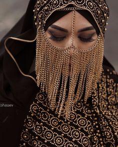 Este posibil ca imaginea să conţină: unul sau mai mulţi oameni Niqab Fashion, Muslim Fashion, Fashion Outfits, Womens Fashion, Beautiful Mask, Beautiful Hijab, Face Jewellery, Arabian Beauty, Arab Girls