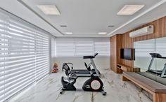 Essa academia instalada em um apartamento de Santa Catarina recebe ar-condicionado para a ventilação. Projeto de Traço Arquitetura.