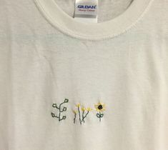 Plant Tee by stitchingz Finesse des weiter H . - Plant Tee by stitchingz Finesse of further handicraft What is han - Embroidery On Clothes, Simple Embroidery, Embroidered Clothes, Japanese Embroidery, Flower Embroidery, Embroidered Flowers, Clothing Labels, Diy Clothing, Custom Clothes