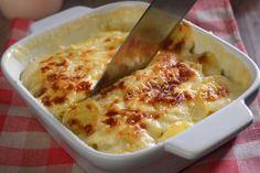 A rakott krumplit senkinek nem kell bemutatni - azonban a franciák gratinja sok mindenben eltér a miénktől, se kolbász, se tejföl, se tojás nem kerül bele, csak sok krumpli, tejszín és sajt.  Mivel se a tojással, se a kolbásszal nem kell bűvészkedni, sokkal kevesebb időbe és mosogatnivalóba kerül a… Le Chef, Mozzarella, Macaroni And Cheese, Bacon, Easy Meals, Veggies, Vegetarian, Vegan, Potatoes