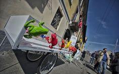 """Piccoli oggetti d'arte, da comprare per sostenere progetti di recupero dell'area della Darsena. A Milano il Cracking Art Group mette a disposizione le sue rane in plastica per salvare i Navigli; con una performance collettiva che """"lancia"""" l'iniziativa"""