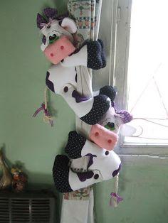 sostener cortinas - vacas Sock Crafts, Clay Pot Crafts, Felt Crafts, Fabric Crafts, Hobbies And Crafts, Diy And Crafts, Arts And Crafts, Felt Cupcakes, Diy Y Manualidades