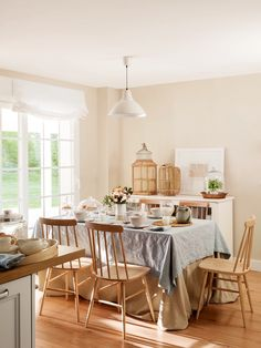 Layering the tablecloths is a good idea Cozy Kitchen, Kitchen Dining, Kitchen Decor, French Country Dining Room, French Country House, Dining Room Design, Dining Room Table, Dinner Room, Cozy House